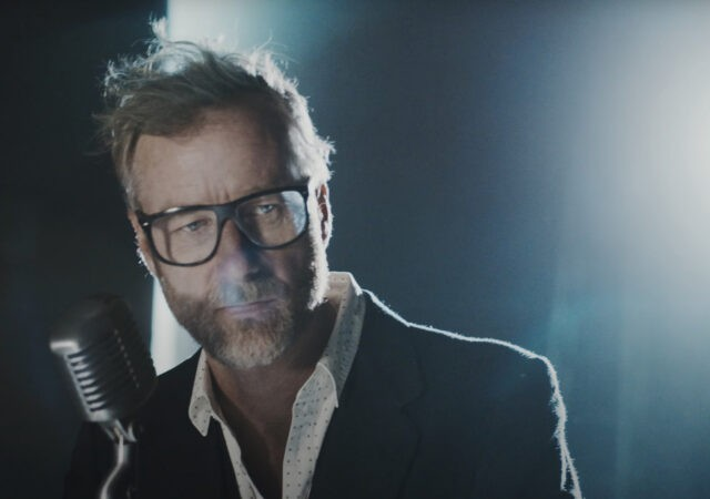 "Matt Berninger no clipe de ""One More Second"""