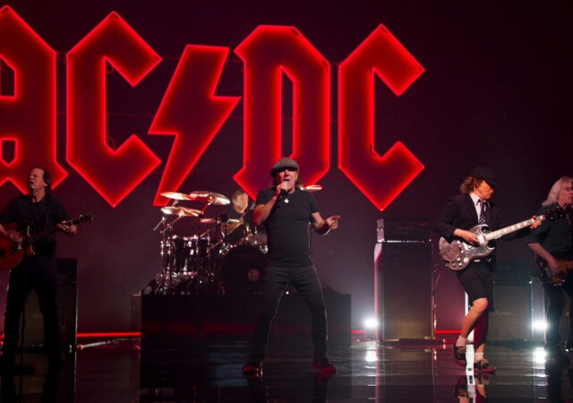 "AC/DC no clipe de ""Shot In The Dark"""