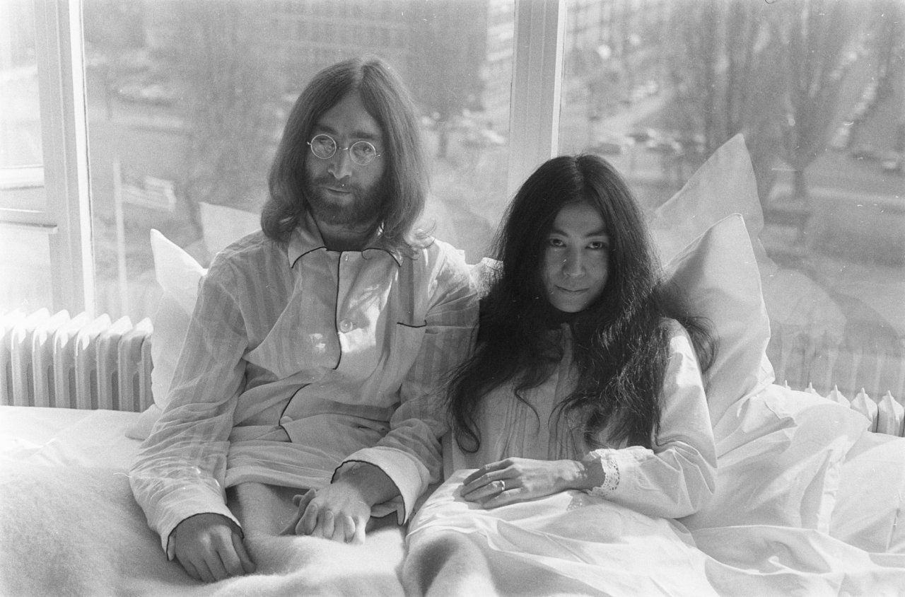 John Lennon e Yoko Ono em entrevista de lua de mel