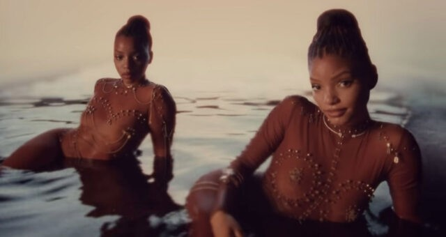 "Chloe x Halle no clipe de ""Ungodly Hour"""